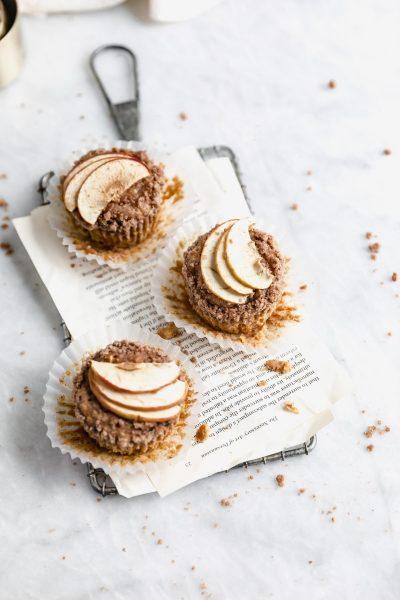 alma sárgarépa muffin a fej fölött egy kis hűtőrácson