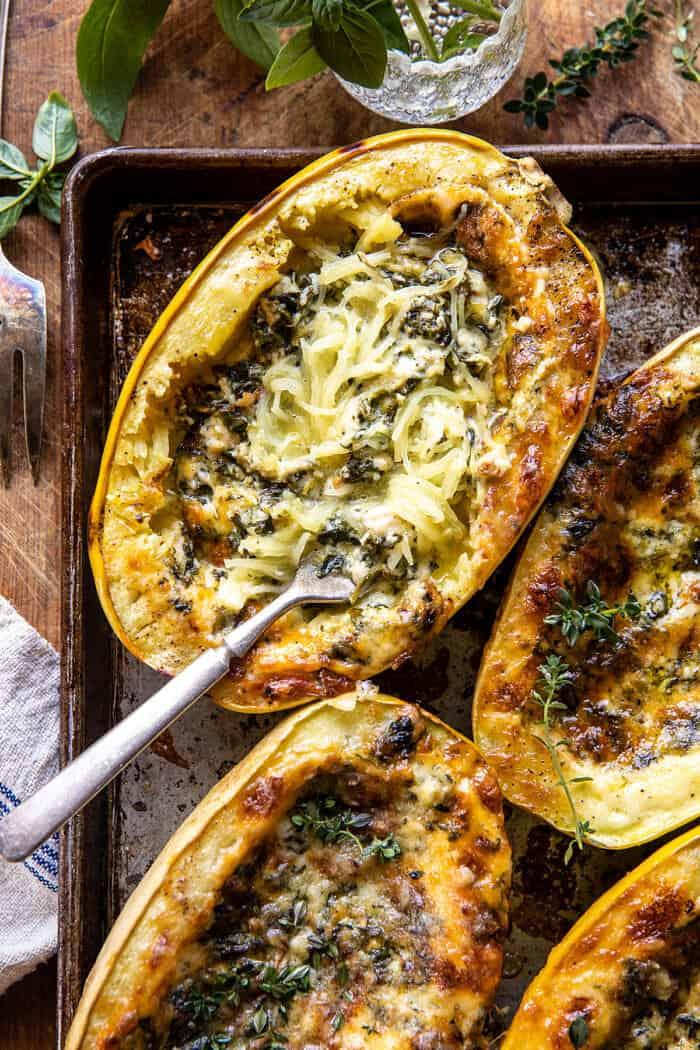 4 sajttal sült fokhagyma Alfredo töltött spagetti squash |  halffbakedharvest.com