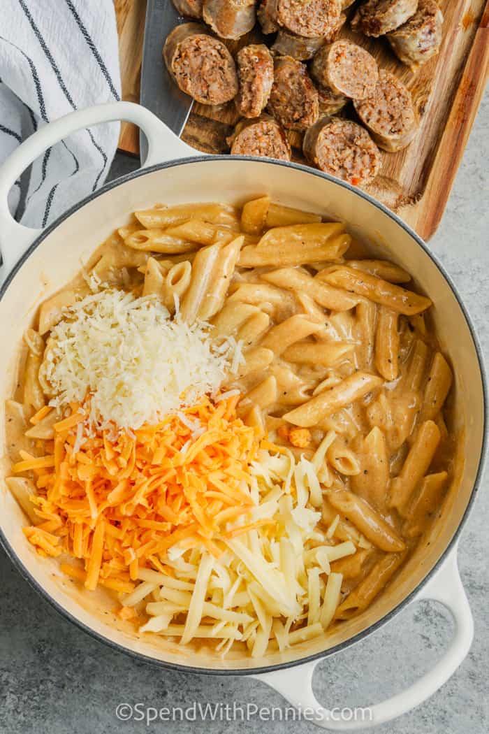 sajt hozzáadása az edényhez, hogy elkészüljön a kályha Top 3 sajtos tészta kolbásszal