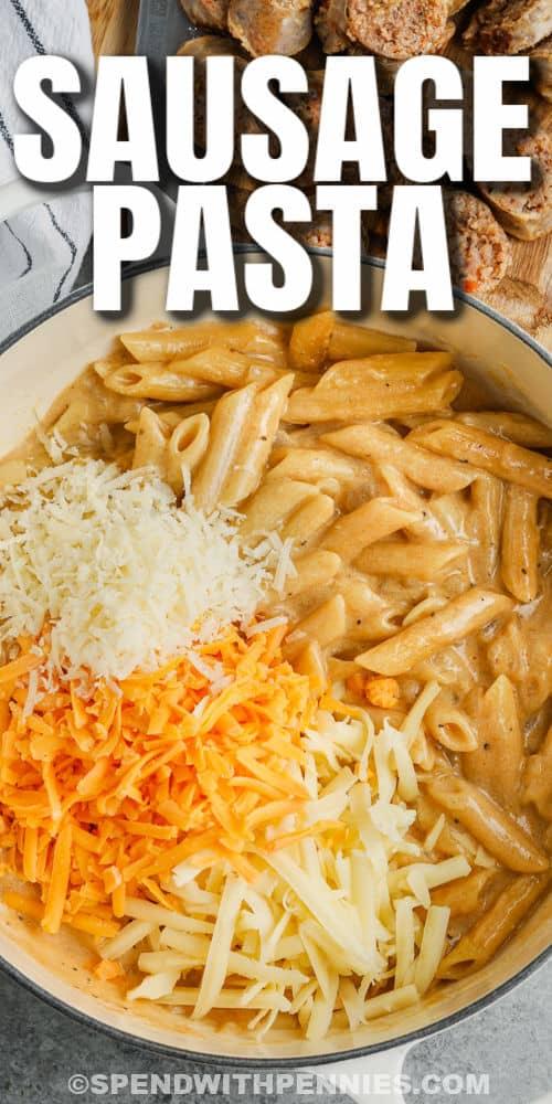 hozzávalók hozzáadása az edényhez, hogy a tűzhely Top 3 sajtos tészta kolbásszal írható legyen