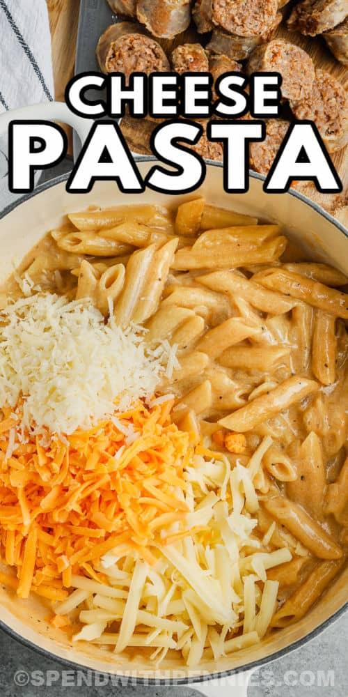hozzávalók hozzáadása az edényhez, hogy elkészüljön a kályha Top 3 sajtos tészta kolbásszal