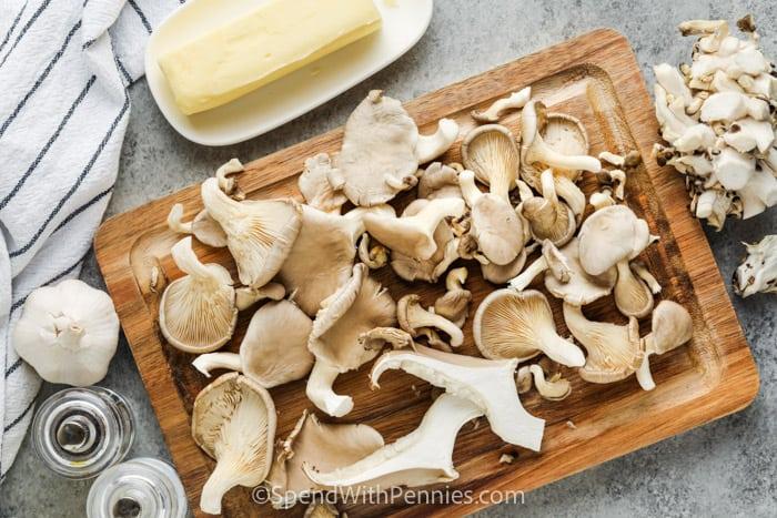 gombák vágása a fokhagymás vajas osztrigagomba elkészítésének bemutatására