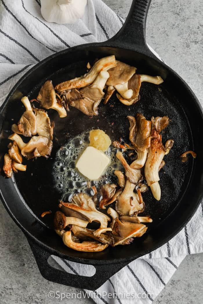 fokhagymát és vajat adunk a gombához, hogy fokhagymás vajas osztrigagombát készítsünk