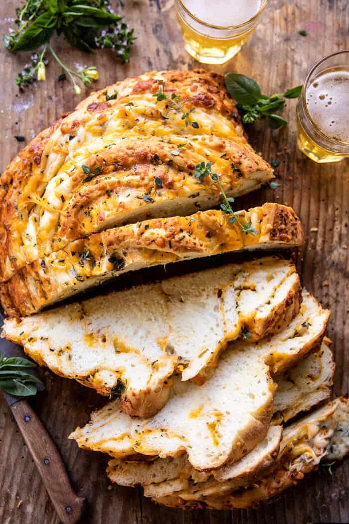 Lágy fokhagymás gyógynövény Cheddar sajtos kenyér |  halfbakedharvest.com