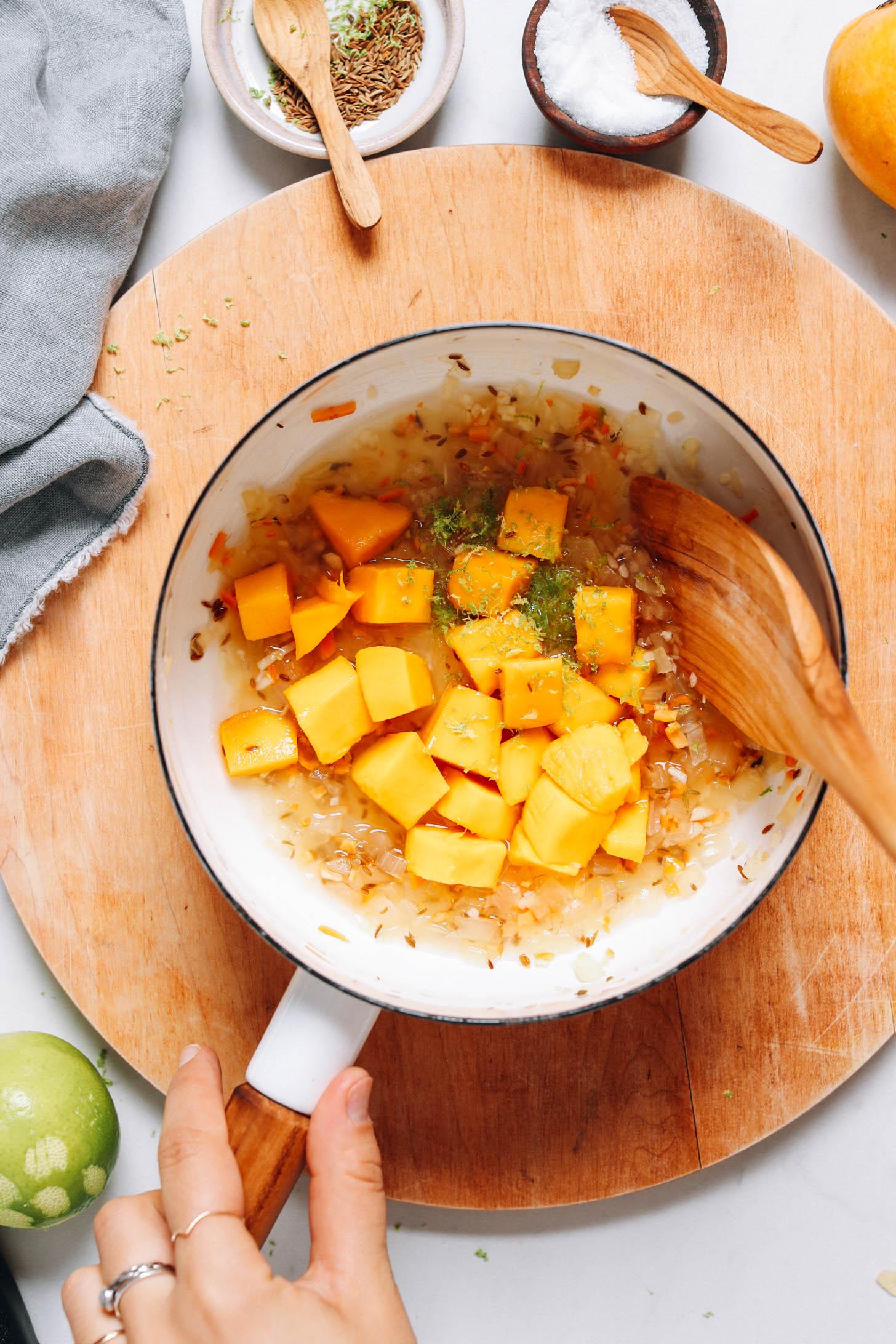 Mangószósz, párolt hagyma, köménymag, lime héja, lime juice, víz és ecet