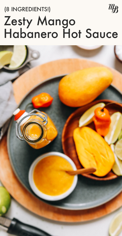 Üveges zamatos mangó habanero forró mártás mangószeletekkel, lime karikákkal és habanero paprikával körülvéve