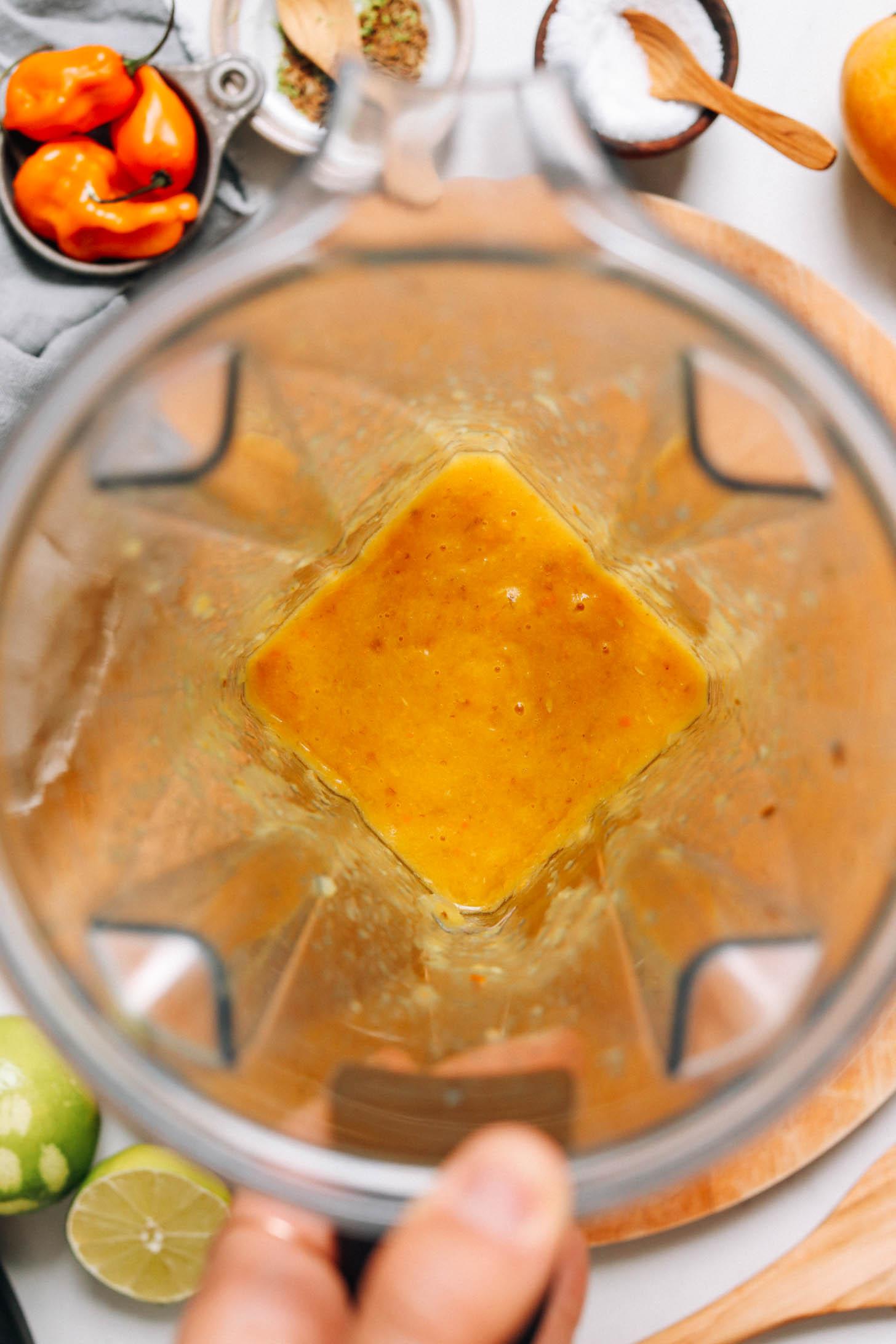 Frissen kevert mangó forró mártás turmixgépben