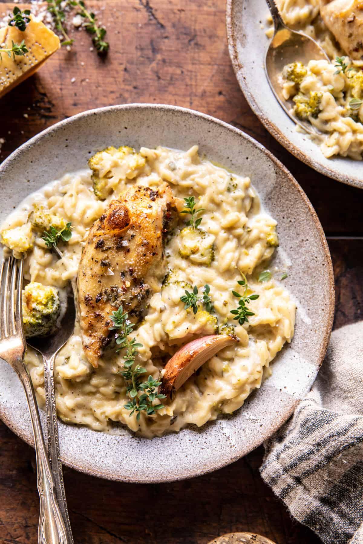 Lassú tűzhelyű mustáros gyógynövény csirke és krémes Orzo    halfbakedharvest.com