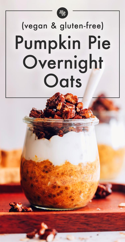 Üveg vegán és gluténmentes sütőtöktorta éjszakára zab, kókuszjoghurttal és granolával a tetején