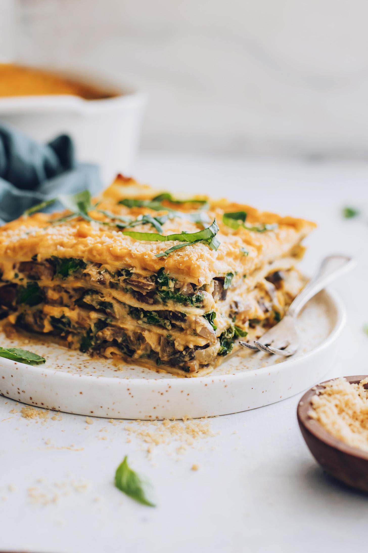 Villa és szelet vajas tök lasagne egy tányéron