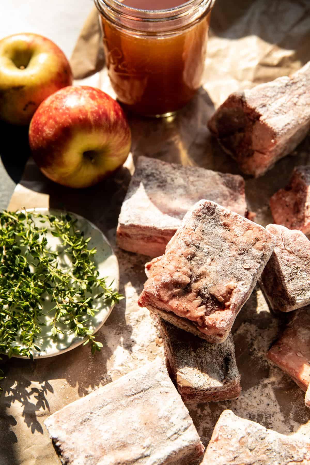 Almabor párolt rövid bordák karamellizált hagymával    halffbakedharvest.com